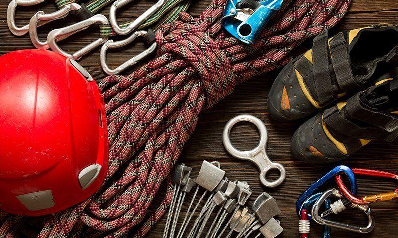 Nello zaino sono fondamentali dotazioni di sicurezza per ogni arrampicata